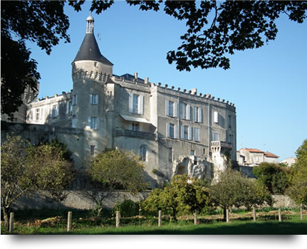 Le Château de Jonzac vue du parc